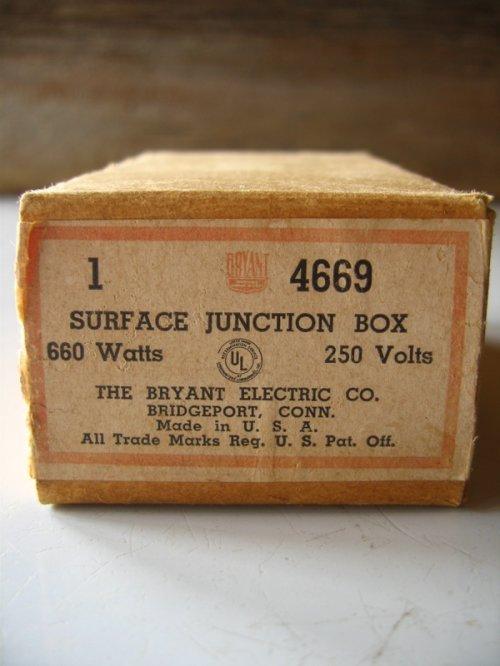 other photographs.2: 1930'S 40'S アメリカ製 BRYANT SURFACE JUNCTION BOX ジャンクション ライティング シーリングベース ベークライト ポーセリン 箱付 デッドストック 配線ダクト 引っ掛けシーリング 代わりに アンティーク ビンテージ