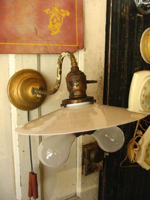 other photographs.1: 1900'S 10'S WALL SCONCE BENJAMIN FLATSHADE ミルクガラス フラットシェード ベンジャミン ソケットクラスター 2口変換ソケット 真鍮 2灯 アンティーク ビンテージ