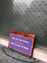将来の計画 BUY 2 CASE OF BEER ジョーク アメリカン メッセージボード ウッド 壁掛け ウォールオーナメント アンティーク ビンテージ