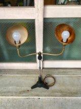 1930'S フレキシブルライト 蛇腹 ロケットエイジ マシーンエイジ インダストリアル ストロボライト スポットライト サーチライト spot light 脚付 2灯 高さ調整 角度調整 スイベル メタルシェード アイアン 真鍮 アンティーク ビンテージ